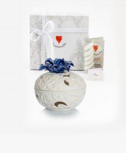 bomboniera porta pot pourri bianco porcellana bisquit con fiore blu cuore matto