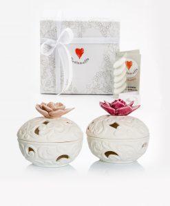 bomboniera porta pot pourri bianco porcellana bisquit con fiori rosa e prugna assortiti cuore matto
