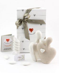 bomboniera scultura coppia innamorati con cuore ceramica cuorematto
