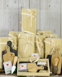 bomboniera tagliere ardesia e legno con coltellino dentro scatola bamboo con nastri cuorematto
