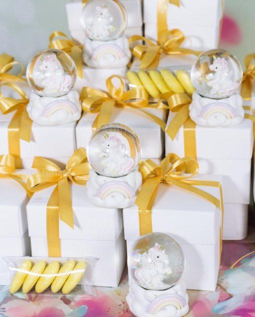 bomboniera unicorno dentro bolla di vetro nastro giallo oro tubicino confetti gialli
