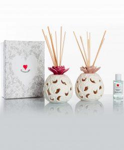 profumatore bianco porcellana bisquit alto con fiore rosa e prugna assortiti con bastoncini e scatola cuore matto