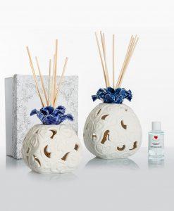 profumatore bianco porcellana bisquit con fiore blu 2 misure con fragranza e bastoncini cuore matto