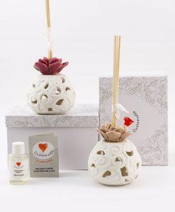 profumatore bianco porcellana bisquit con fiore rosa e prugna assortiti con bastoncini e scatola cuore matto