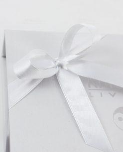 scatola bianca cartoncino karma living dettaglio fiocco raso bianco