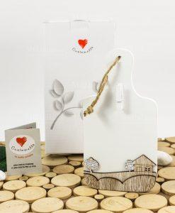 tagliere bianco legno con casetta legno e molletta con scatola cuore matto