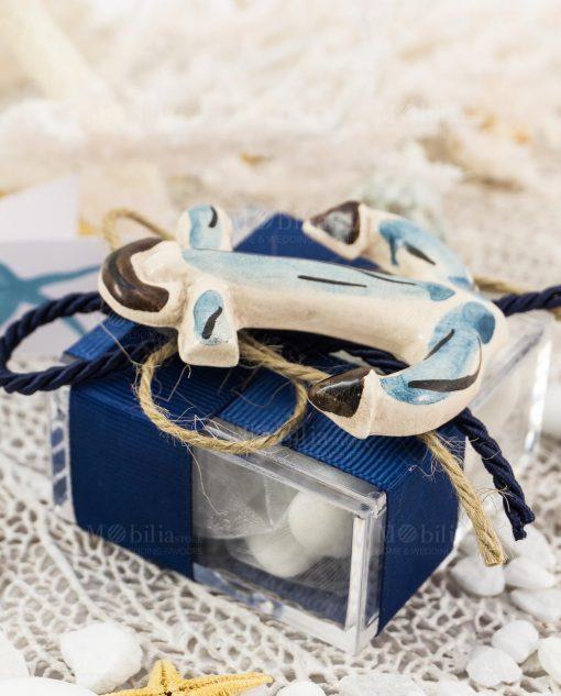 bomboniera calamita ancora ceramica artigianale caltagirone su scatolina portaconfetti con nastro rigato blu e cordoncino