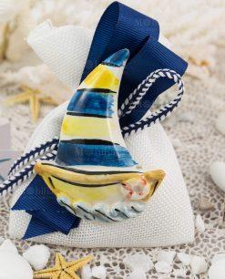 bomboniera calamita barca a vela ceramica caltagirone su sacchetto bianco natro blu