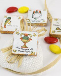 bomboniera calamita carta da gioco siciliana modelli assortiti su sacchetto juta bianco con fiocco
