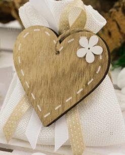 bomboniera calamita cuore legno su sacchetto bianco