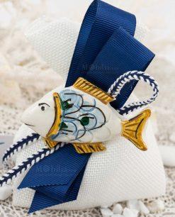 bomboniera calamita pesce ceramica caltagirone testa bianca e coda gialla su sacchetto bianco e nastro blu