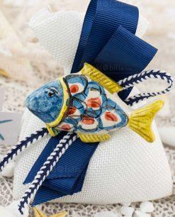 bomboniera calamita pesce ceramica caltagirone testa blu e coda gialla su sacchetto bianco e nastro blu