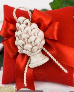 bomboniera calamita pigna bianca ceramica siciliana su fiocco e sacchetto portaconfetti rossi