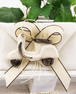 bomboniera calamita vespa bianca su sacchetto bustina con nastro tortora e marrone