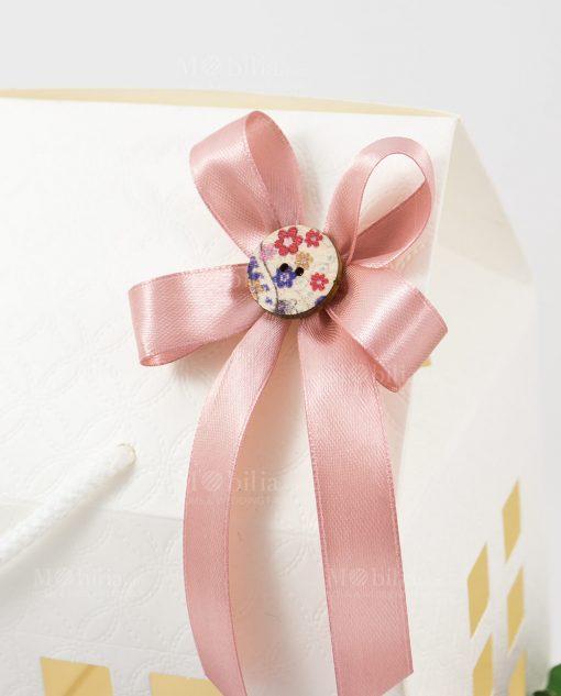 bomboniera candela dettaglio fiocco a 4 rosa con bottone su scatola casetta