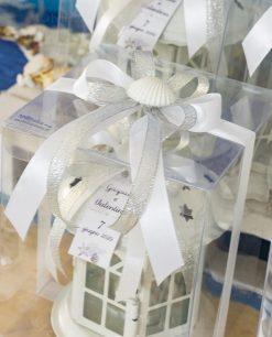 bomboniera lanterna bianca base rotonda dettaglio fiocco bianco e argento con conchiglia