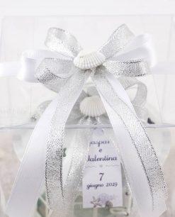 bomboniera lanterna bianca dettaglio fiocco a 4 argento e fiocco bianco con conchiglia