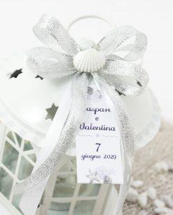 bomboniera lanterna bianca tema mare dettaglio fiocco argento e bianco con conchiglia