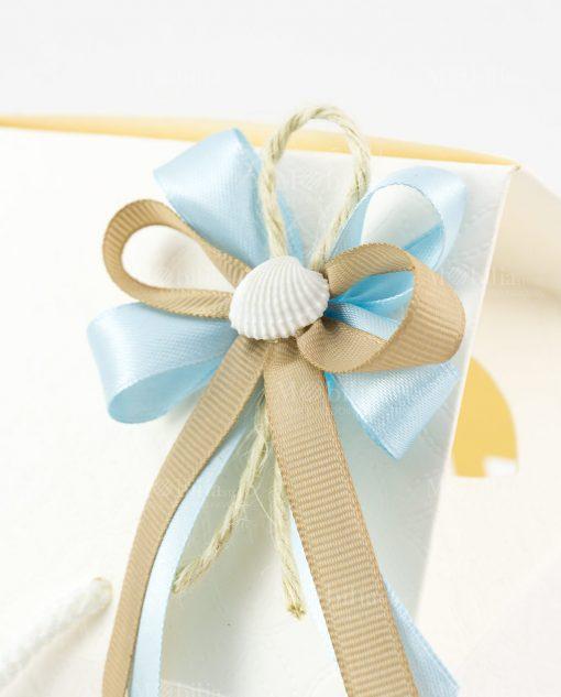 bomboniera lanterna dettaglio fiocco doppio tortora e azzurro con conchiglia su scatola casetta
