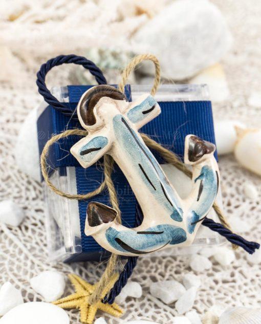 bomboniera magnete ancora ceramica artigianale caltagirone su scatolina portaconfetti con nastro rigato blu e cordoncino