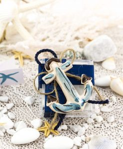 bomboniera magnete ancora ceramica caltagirone su scatolina portaconfetti con nastro rigato blu e cordoncino