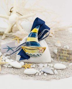 bomboniera magnete barca a vela ceramica caltagirone su sacchetto bianco natro blu