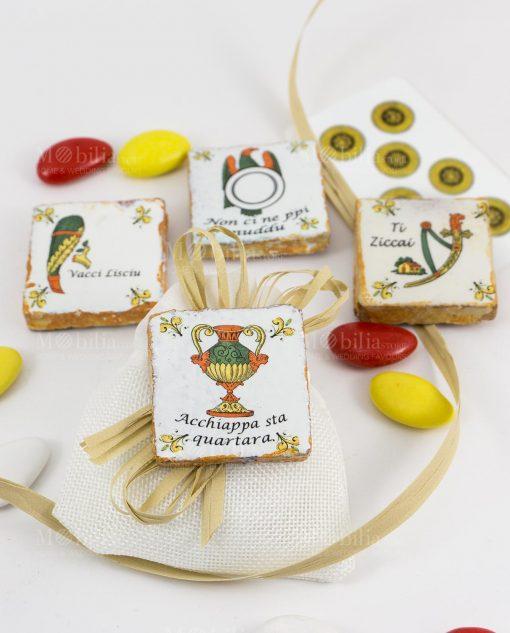 bomboniera magnete carta da gioco ceramica su sacchetto con fiocco