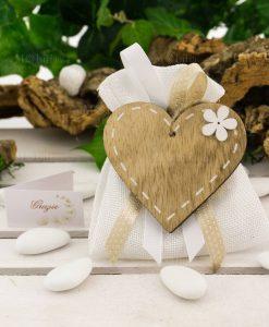 bomboniera magnete cuore legno su sacchetto bianco
