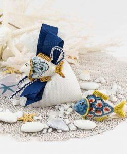 bomboniera magnete pesce ceramica caltagirone due modelli su sacchetto bianco con nastro blu