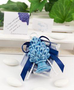 bomboniera magnete pigna blu ceramica siciliana su scatolina portaconfetti con fiocco abbinato