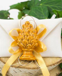 bomboniera magnete pigna giallo ceramica su sacchetto bustina