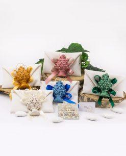 bomboniera magnete pigna giallo verde rosa blu e bianco ceramica caltagirone su sacchetto con fiocco a 4 abbinato