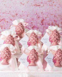 bomboniera magnete pigna rosa ceramica artigianale siciliana su sacchetto bianco