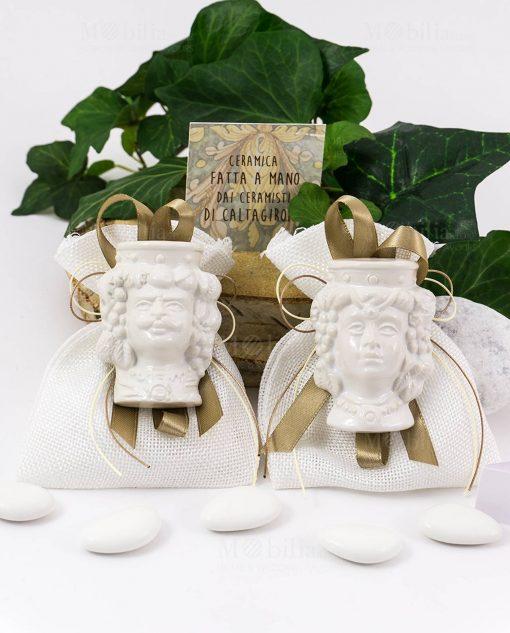 bomboniera magnete testa di moro ceramica bianca coppia uomo e donna su sacchetto bianco con nastro tortora