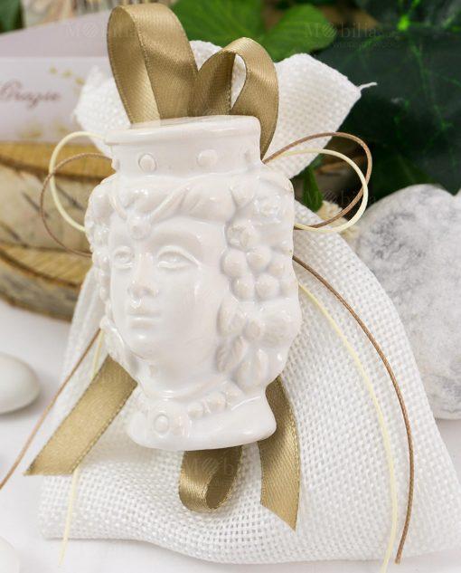 bomboniera magnete testa di moro ceramica bianca donna su sacchetto bianco con nastro tortora