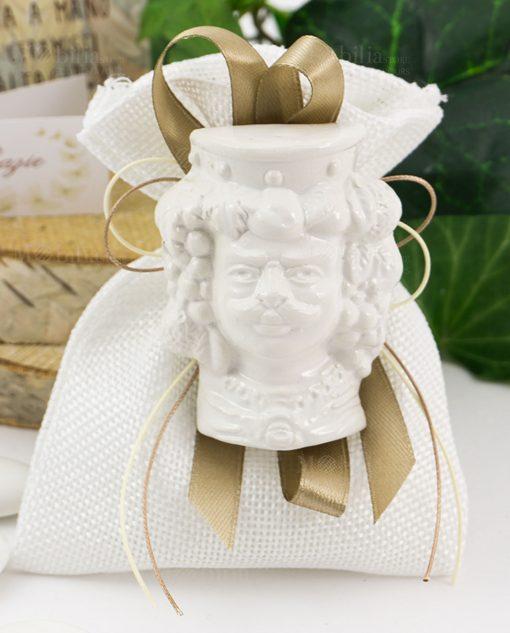bomboniera magnete testa di moro ceramica bianca uomo su sacchetto bianco con nastro tortora