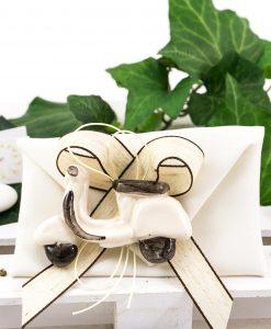 bomboniera magnete vespa bianca su sacchetto bustina con nastro tortora e marrone