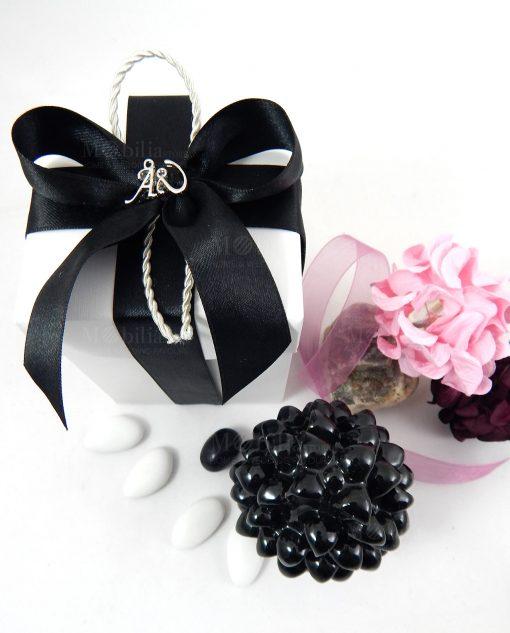 bomboniera pigna nera ceramica con applicazione su fiocco