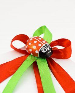 bomboniera pinocchio collezione geppino dettaglio fiocco rosso e verde con coccinella
