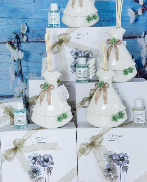 bomboniera profumatore vestito bianco fiocco marrone e fiori verdi con bastoncini e fragraza morena