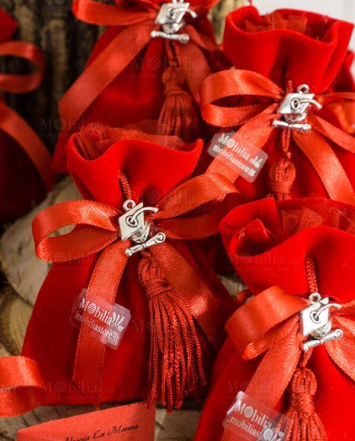bomboniera sacchetto rosso velluto con napina e ciondolo tocco e pergamena