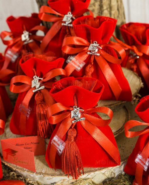 bomboniera sacchetto velluto rosso con napina e ciondolo tocco e pergamena