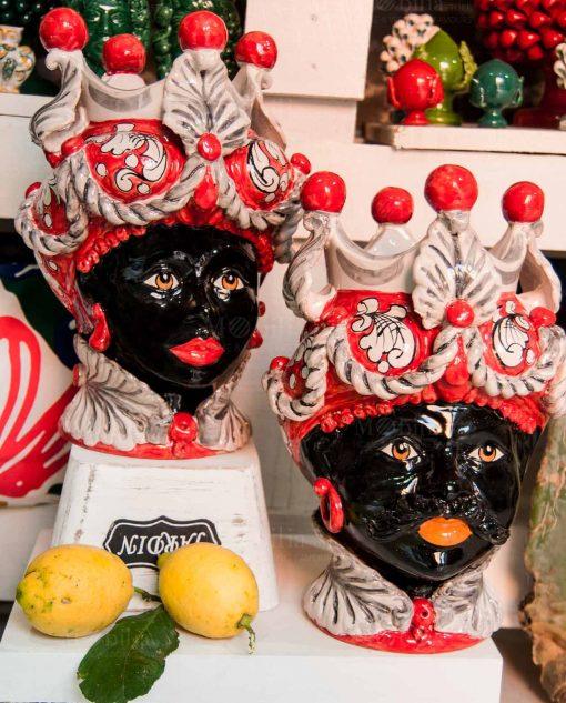 coppia testa di moro nera uomo e donna con copricapo e corona bianca e rossa ceramica artigianale caltagirone sicilia