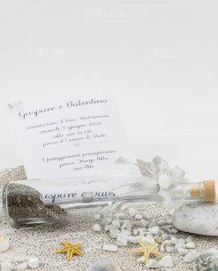 invito bianco tema mare dentro bottiglia vetro con tappo sughero