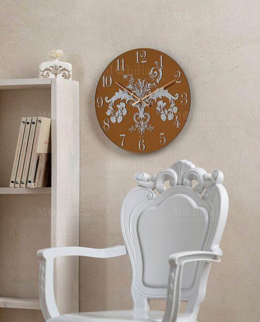 poltrona trapuntina bianca e orologio oro deco brandani