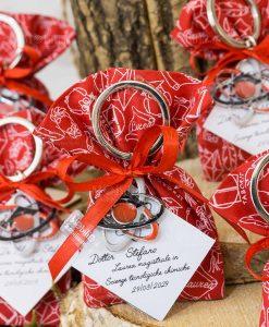 sacchetto rosso con scritta bianca ciondolo portachiavi