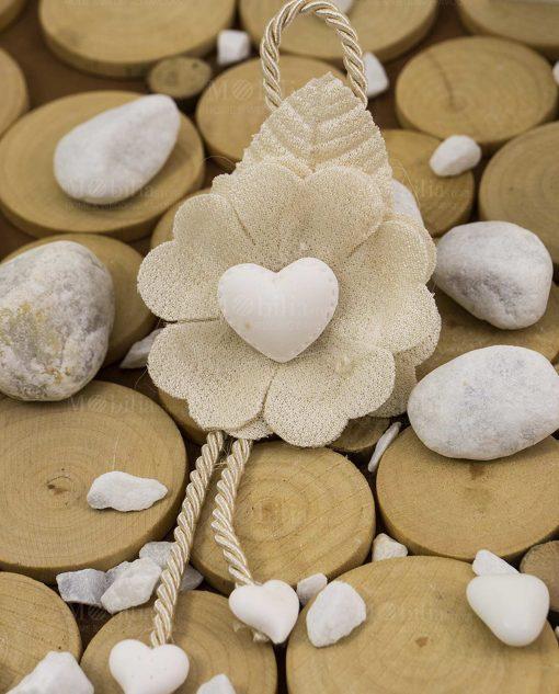 segnaposto fiore con cuori e cordoncino