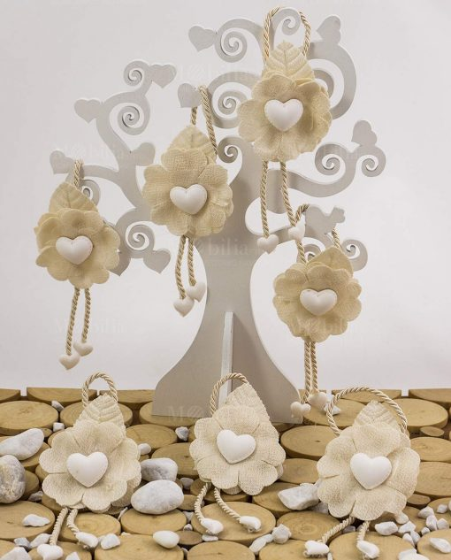 segnaposto fiore con foglia cuore e cordoncino