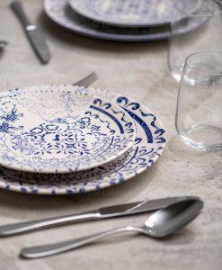 servizio piatti bianchi con decori blu floreali linea colage brandani