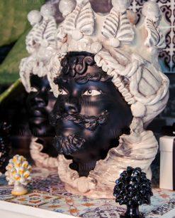 testa di moro nera con corona bianca ceramica santo stefano di camastra 1